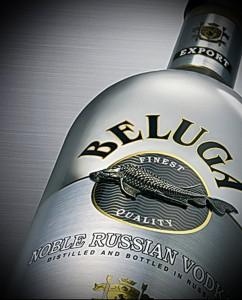 Водка Белуга в бутылке из французского стекла вручную украшается объемным морским символом - белугой