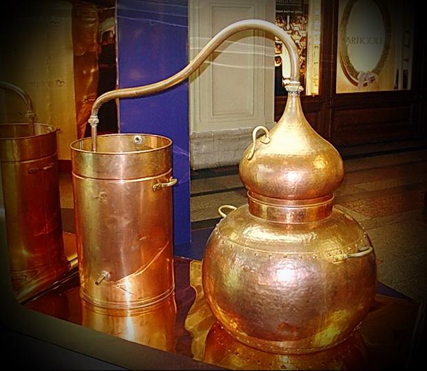 По степени очистки от различных примесей, этиловый спирт делится на категории: первый сорт, спирт высшей очистки, базис, Экстра, Люкс и Альфа