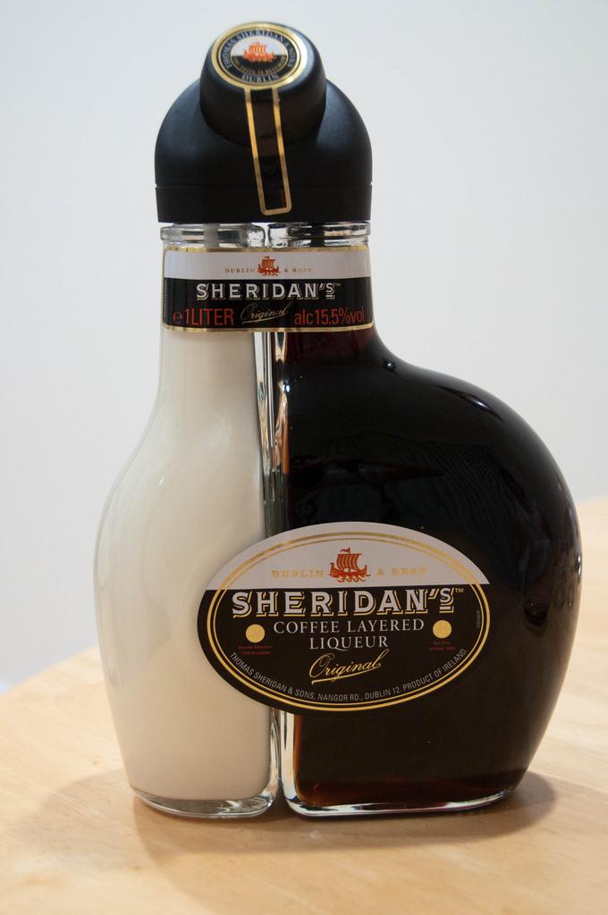 Ликер Sheridan's выглядит потрясающе. В особенной, разделенной на две части прозрачной бутылке – два разных напитка