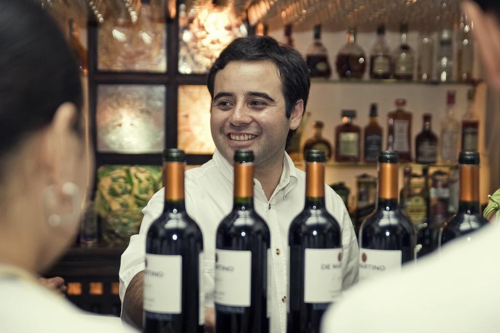 В ресторанах высокого уровня в ассортиментном ряду вин обязательно будут содержаться уникальные редкие экземпляры