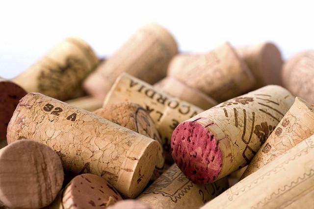 Для того чтобы определить, имеет ли человек понятие, что такое дорогие вина, достаточно обратить внимание на то, что он делает с пробкой