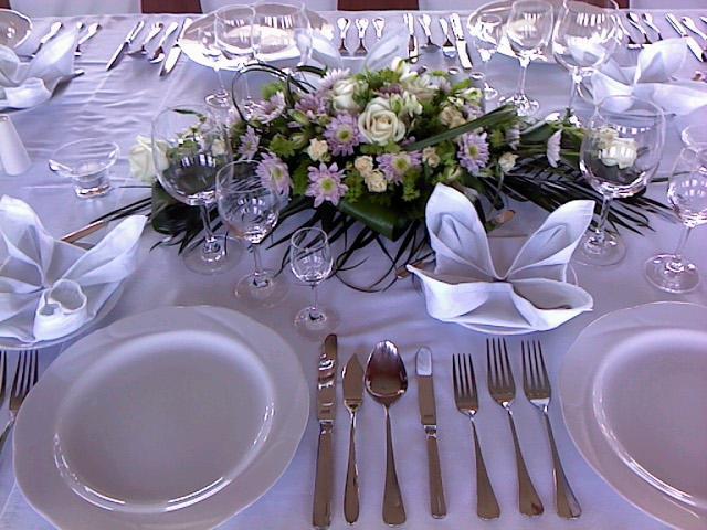 Тарелки располагаются симметрично сторонам стола на расстоянии 1-2 см от края